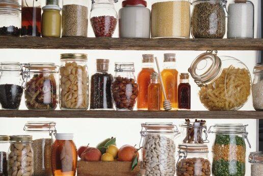 """pantry staples""のイメージ。調理に必要な基本的な食材・調味料を指す。"