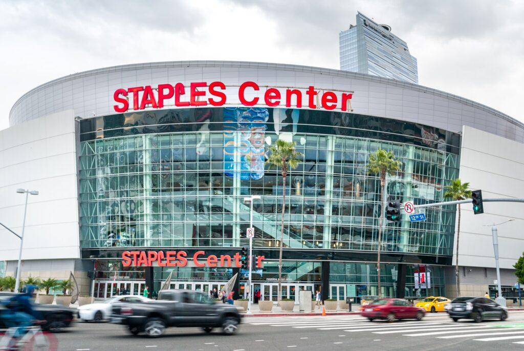"""米オフィス最大手ステープルズ社の名前を冠した巨大アリーナ""""Staples Center""""。ロサンゼルスレイカーズの本拠地であり、それ以外でもさまざまな世界的イベントが催される。"""